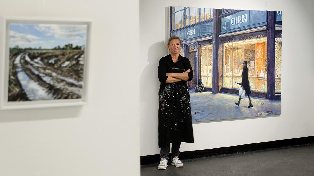 Ute Martens Künstlerin in ihrer Ausstellung